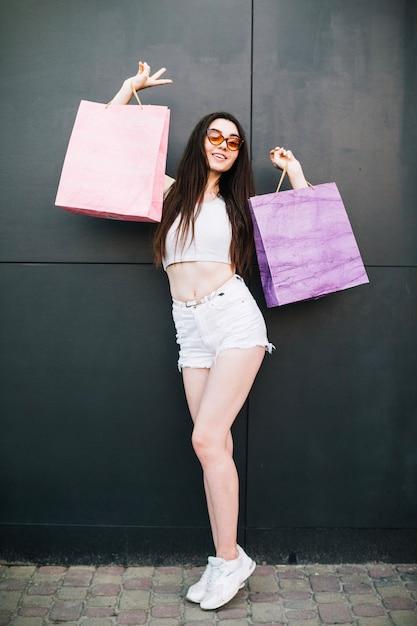 Modelo Encantador Posando Com Sacos De Papel Baixar Fotos Gratuitas