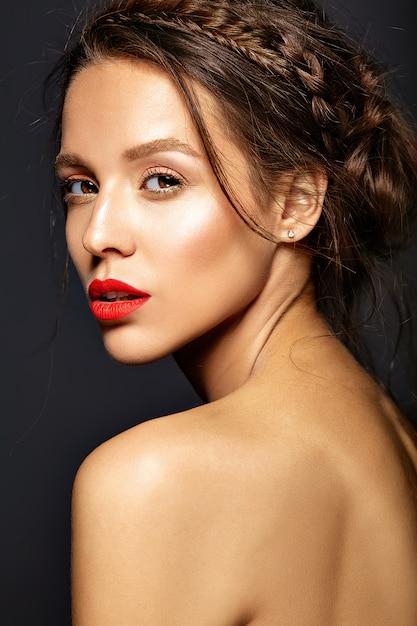 Modelo feminino com maquiagem diária fresca Foto gratuita