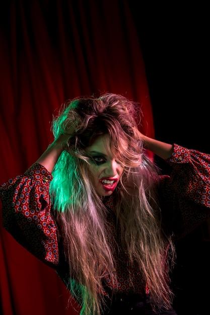 Modelo feminino de halloween brincando com o cabelo dela Foto gratuita