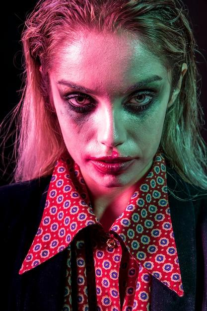 Modelo feminino de halloween sendo enfrentado poker Foto gratuita
