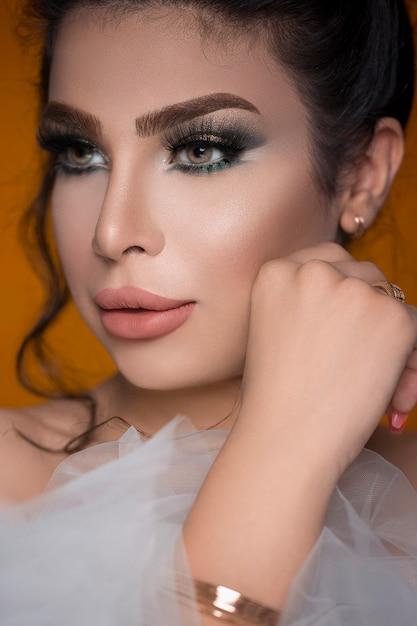 Modelo feminino em maquiagem de festa smokey Foto gratuita