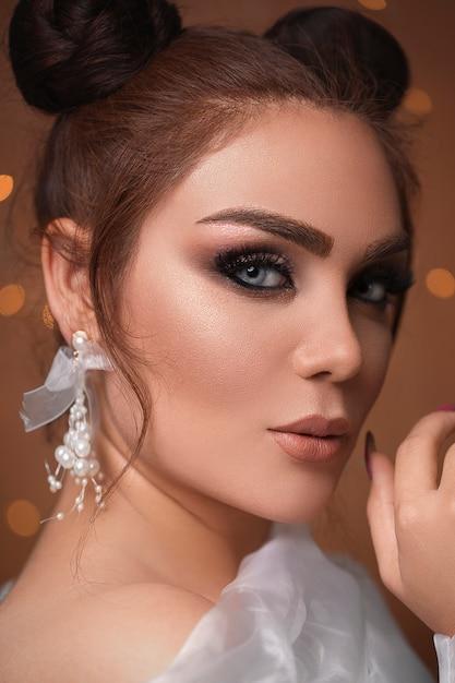 Modelo feminino em maquiagem de olhos esfumaçados Foto gratuita
