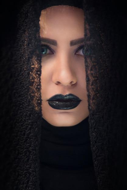 Modelo feminino em xale de renda gótica e batom roxo Foto gratuita