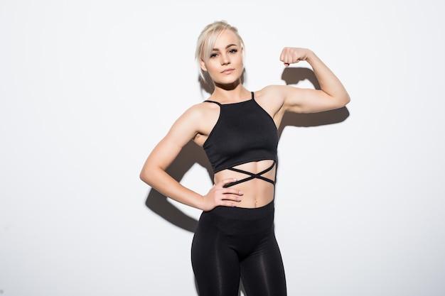 Modelo feminino lindo em forma de roupa preta posando sobre branco Foto gratuita