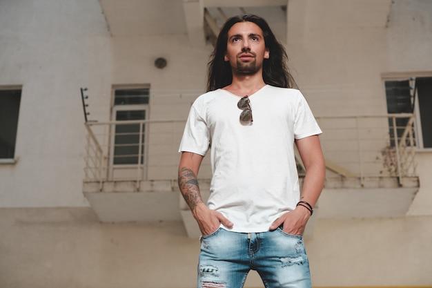 Modelo hipster com cabelo comprido Foto gratuita