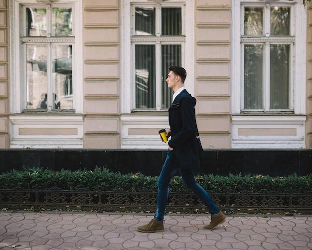 Modelo hipster elegante Foto gratuita