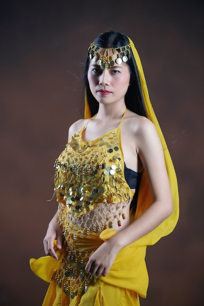 Modelo indiano novo bonito da mulher hindu. saree indiano tradicional do traje indiano. Foto gratuita