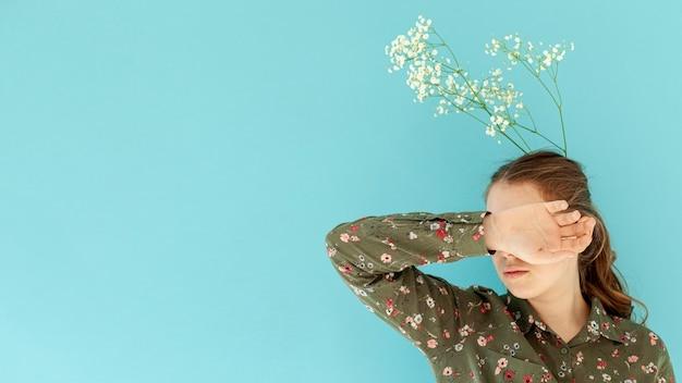 Modelo jovem, escondendo o rosto cópia espaço Foto gratuita