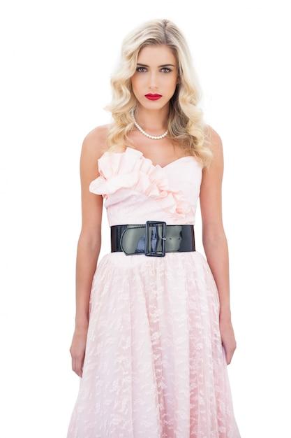 Modelo loiro com um vestido rosa vestido Foto Premium