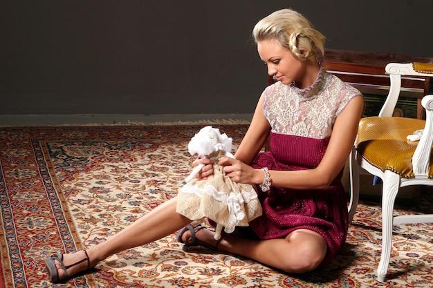 Modelo loiro em roupas de moda de boneca rosa Foto gratuita