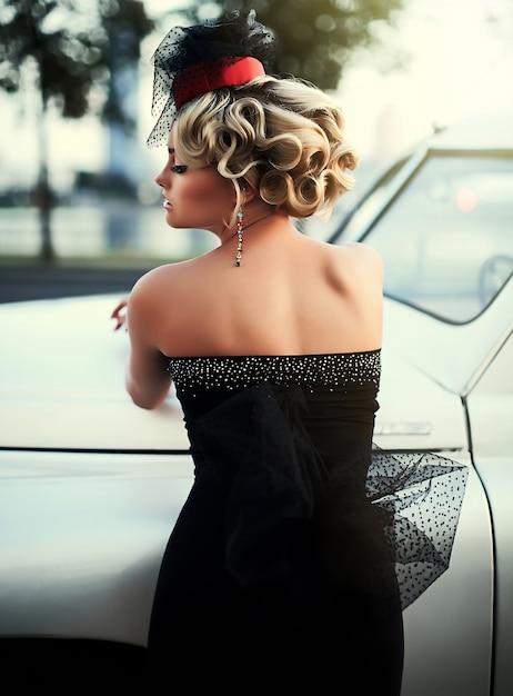 Modelo loiro sexy moda linda com maquiagem brilhante e penteado encaracolado em estilo retro, sentado no carro velho Foto gratuita