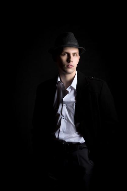 Modelo masculino com roupas de moda retro Foto gratuita
