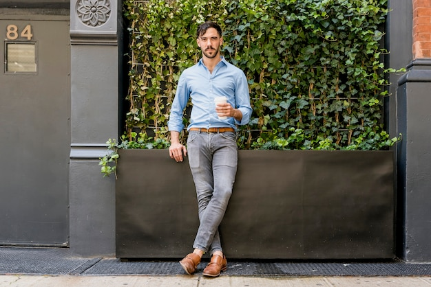 Modelo masculino elegante, bebendo café Foto gratuita