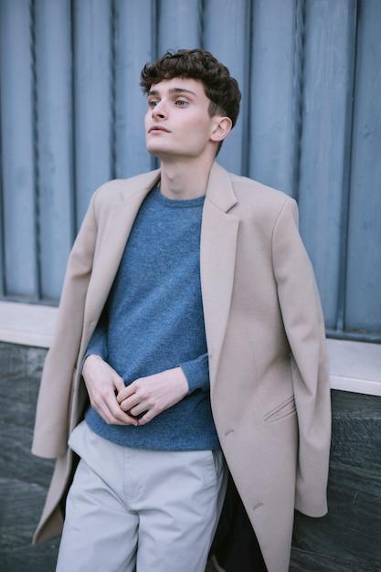 Modelo masculino jovem pensando olhando intensamente Foto gratuita