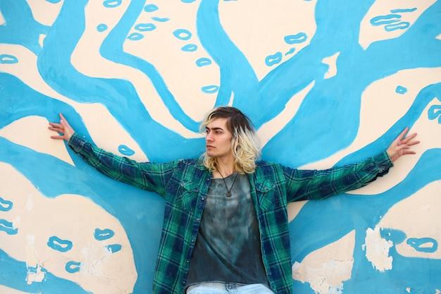 Modelo masculino loiro atraente com grafite Foto gratuita