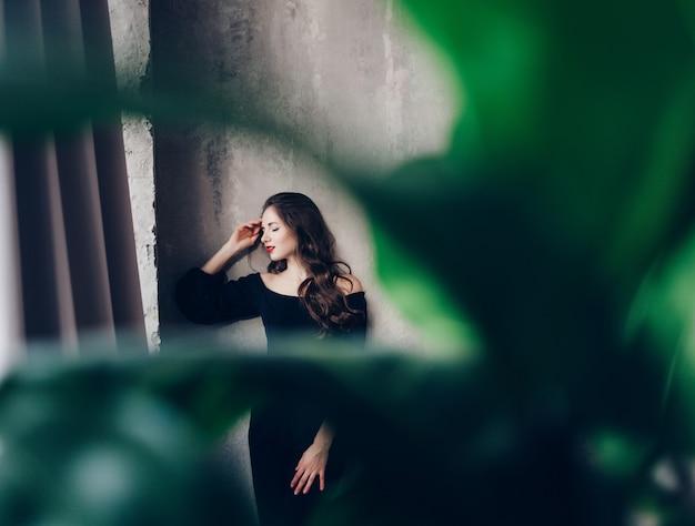 Modelo morena feminino em estúdio Foto Premium