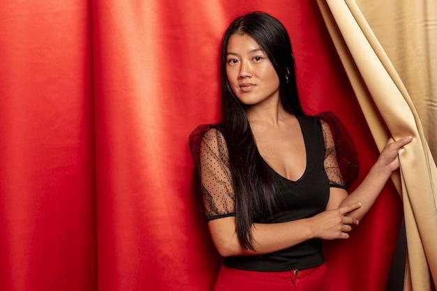Modelo posando com cortina para o novo ano chinês Foto gratuita