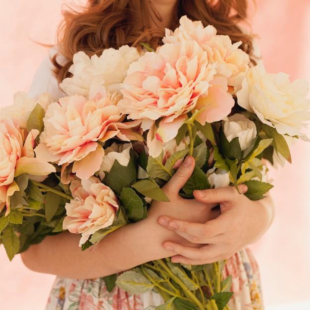 Modelo segurando o buquê de flores da primavera Foto gratuita