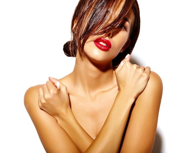 Modelo sexy linda mulher bronzeada quente com ombros nus e lábios vermelhos em fundo branco Foto gratuita