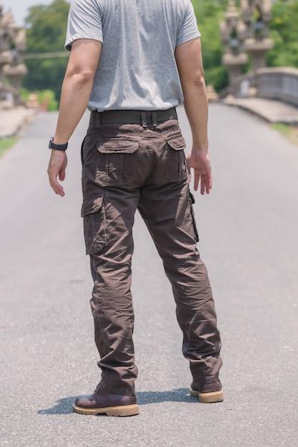 Modelo vestindo calças de carga de cor marrom ou calças de carga Foto Premium