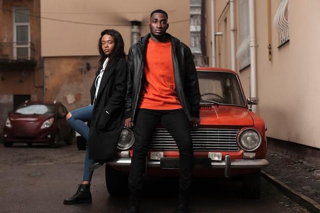 Modelos afro-americanos posando no carro Foto gratuita