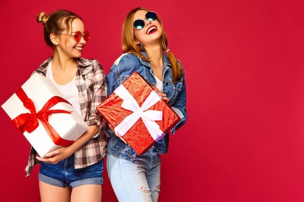 Modelos com grandes caixas de presente Foto gratuita