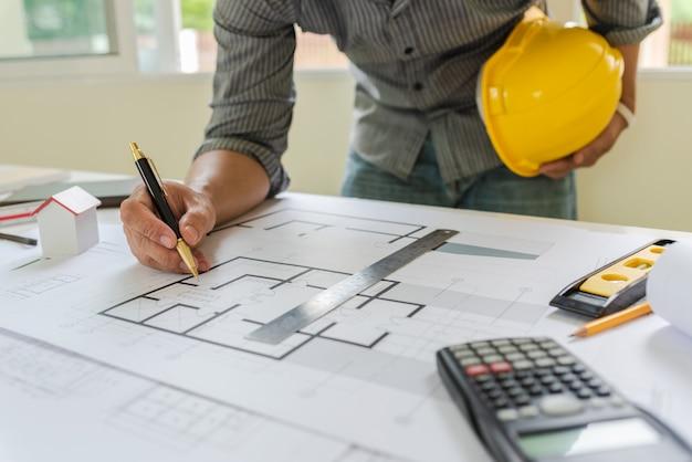 Modelos de designer e engenheiros que trabalham no escritório de arquitetos. Foto Premium