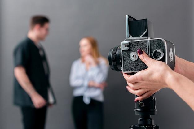 Modelos de fotos desfocadas e câmera de visão frontal focada Foto gratuita