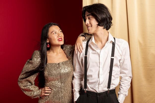 Modelos elegantes posando no ano novo chinês Foto gratuita