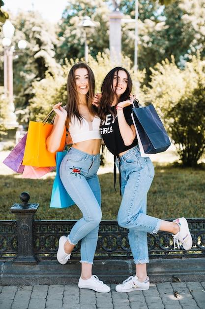 Modelos Encantadores Posando Com Sacolas De Compras Baixar Fotos