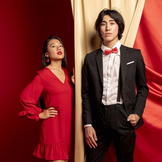Modelos posando com cortina para o ano novo chinês Foto gratuita