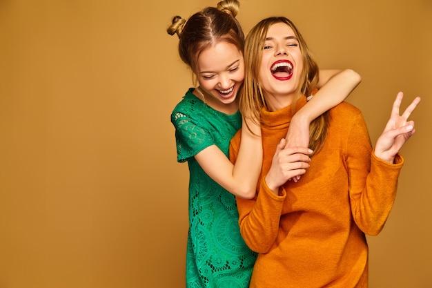 Modelos positivos posando com seus vestidos Foto gratuita
