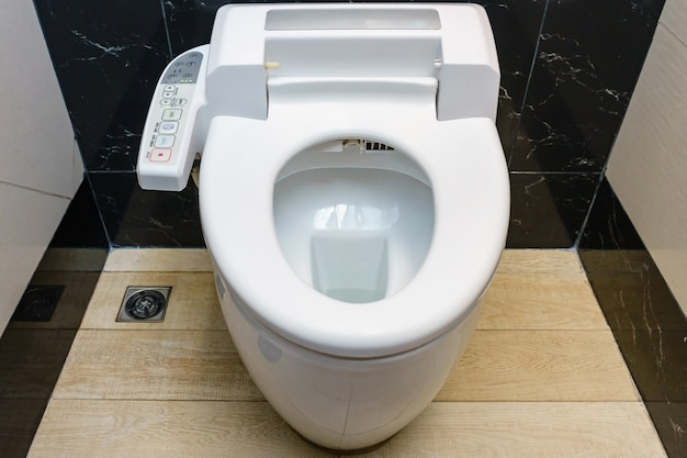 Modern alta tecnologia banheiro com higiene e alta tecnologia do vaso sanitário Foto Premium