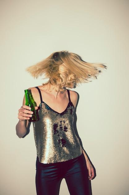 Modern girl dancing in the party Foto gratuita