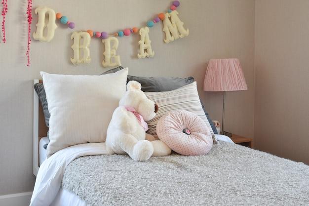 Modern kids room com boneca e travesseiros na cama Foto Premium