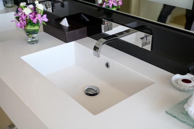Modern luxo torneira de aço inoxidável com pia de cerâmica de sensor automático e legal com botão de controle de calor Foto Premium