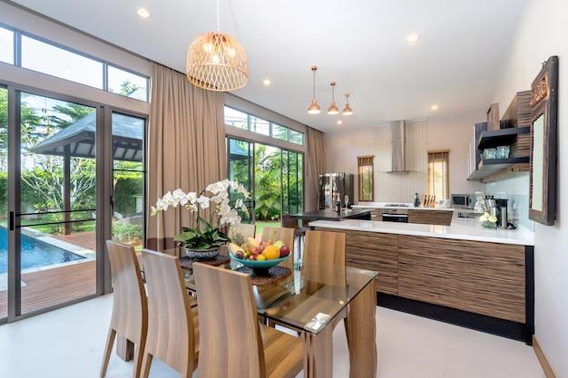 Moderna sala de estar em casa espaçosa Foto Premium