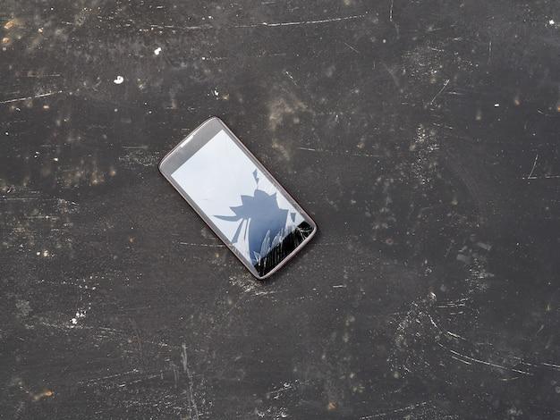 Moderno celular quebrado em preto Foto Premium