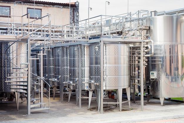 Moderno equipamento industrial tecnológico da fábrica de vinho Foto Premium