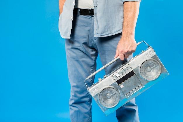 Moderno, homem sênior, com, rádio vintage Foto gratuita