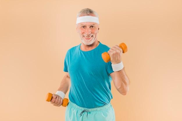 Moderno, homem sênior, treinamento, com, dumbbells Foto gratuita
