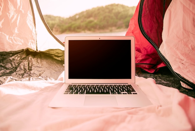 Moderno, laptop, em, barraca, ao ar livre Foto gratuita