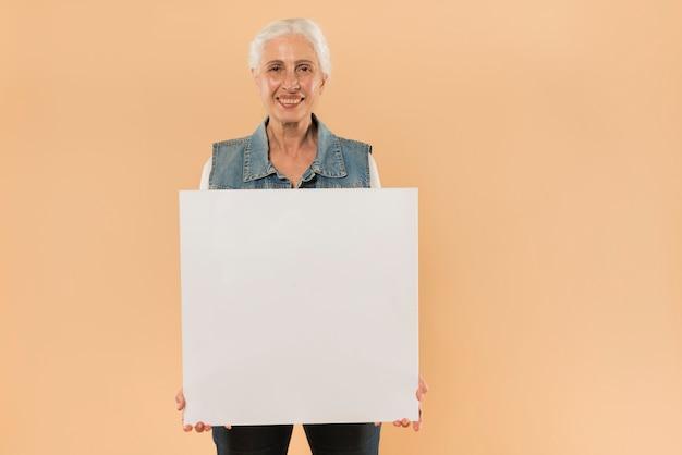 Moderno, mulher sênior, segurando, tábua, modelo Foto gratuita
