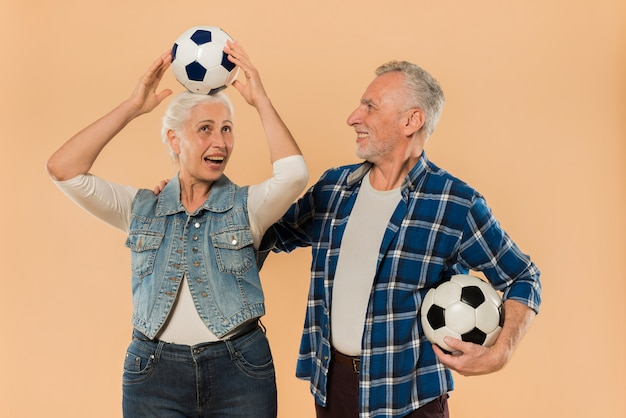 Moderno, par velho, com, futebol Foto gratuita