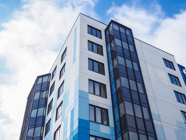 Modernos e novos edifícios bonitos. parede colorida do céu azul. Foto Premium