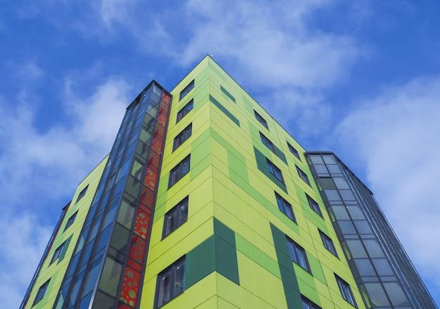 Modernos e novos edifícios bonitos. parede colorida no fundo do céu azul Foto Premium