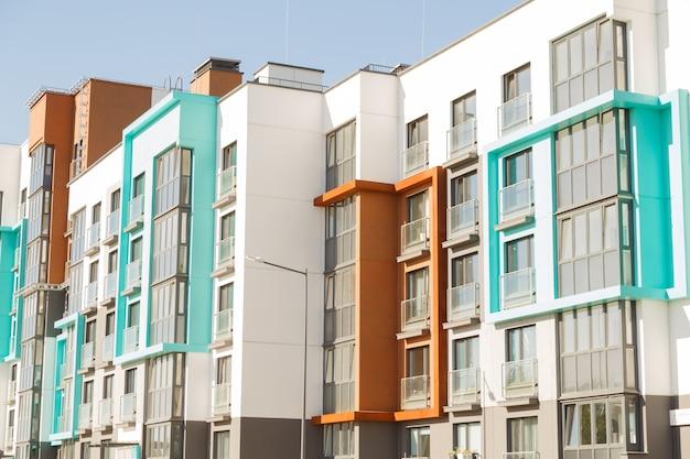 Modernos edifícios residenciais com instalações ao ar livre, fachada de novas casas de baixa energia Foto Premium