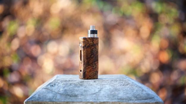 Mods naturais estabilizados da caixa de madeira da parte alta com o atomizador de gotejamento rebuildable Foto Premium