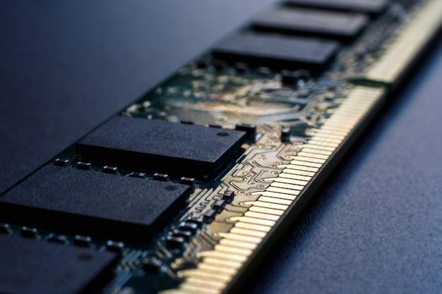 Módulo de memória de acesso aleatório em um fundo escuro. Foto Premium