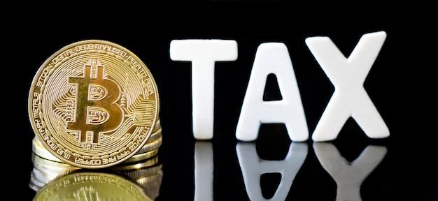 Moeda criptográfica do bitcoin da moeda com mensagem de imposto, conceito que determina a lei fiscal do dinheiro digital. Foto Premium